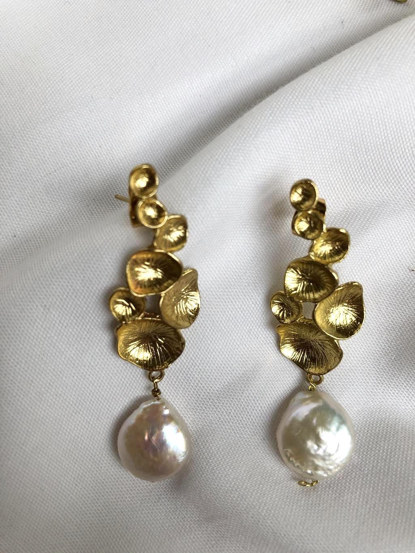 Pendientes artesanales en latón y perla natural plana