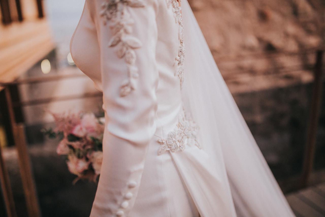 Vestido de novia de Fernando Claró y tiara de novia de piedra natural y cristal Laura Murcia