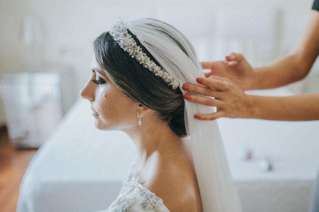 Tiara de novia con piedras naturales y velo de tul de seda