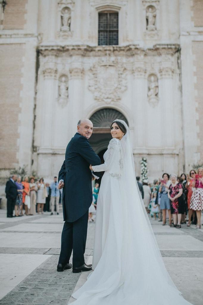 Tiara de novia en piedras naturales y vestido de Fernando Claró