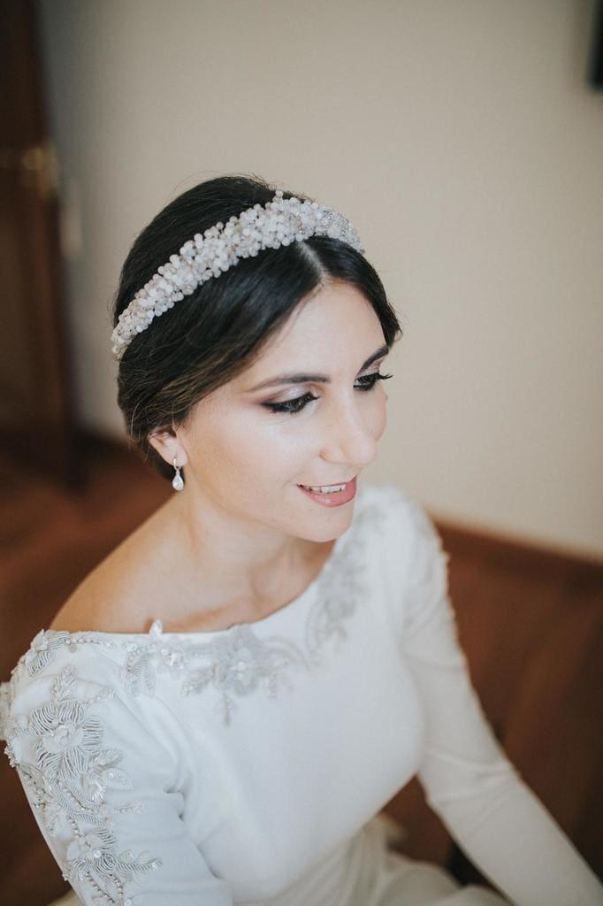 Tiara de novia en piedra natural y cristal con vestido bordado de Fernando Claro