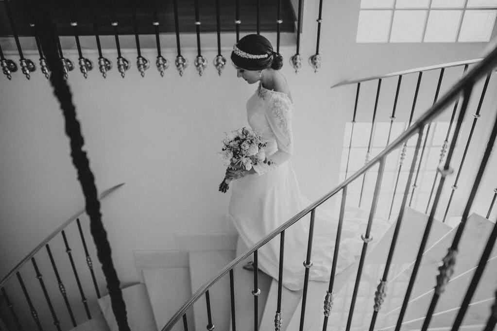 Tiara de novia en piedra natural y cristal con vestido de Fernando Claro