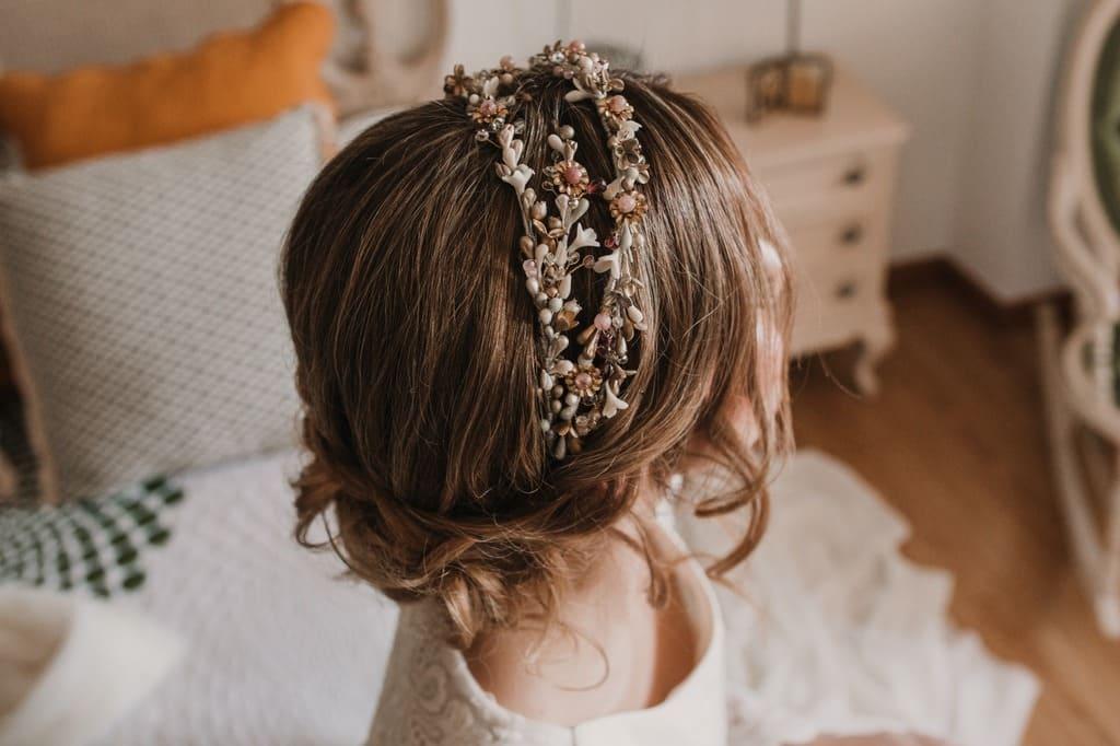 Corona joya para novias con pelo recogido