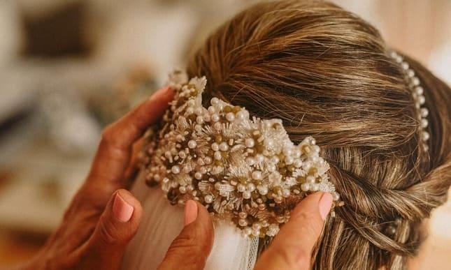 Tocado novia para pelo suelto. Bordado con piedras naturales-Laura Murcia